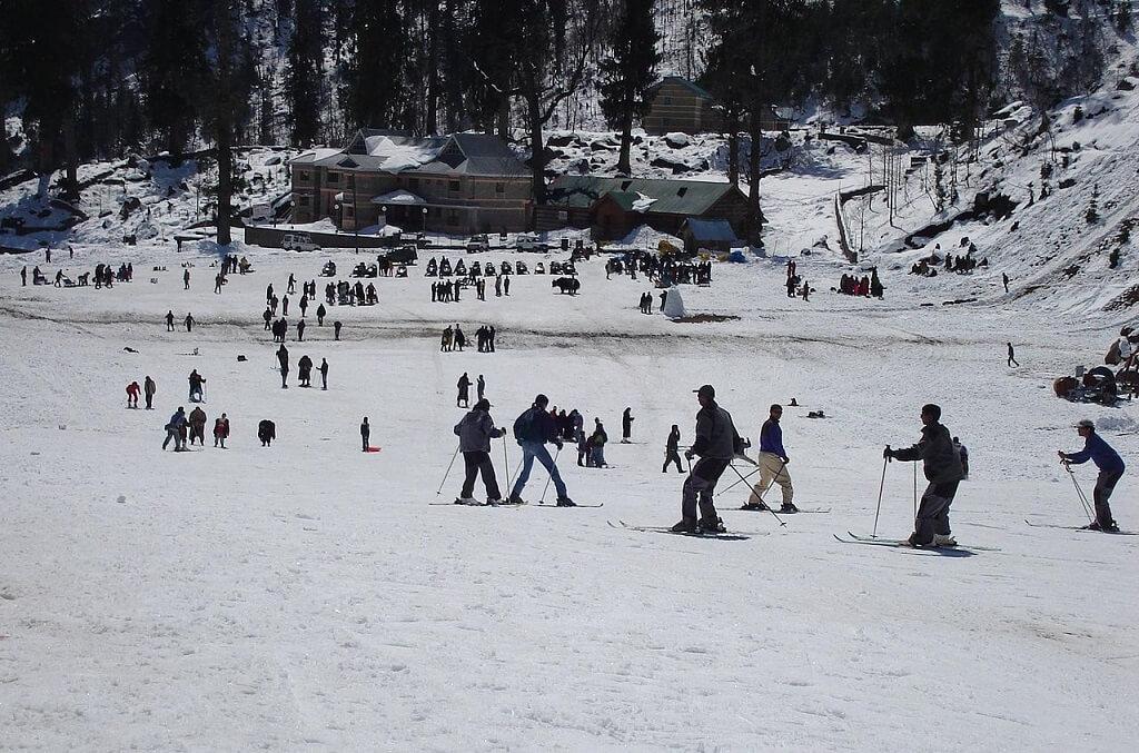 skiing-at-solang-near-manali-himachal-pradesh